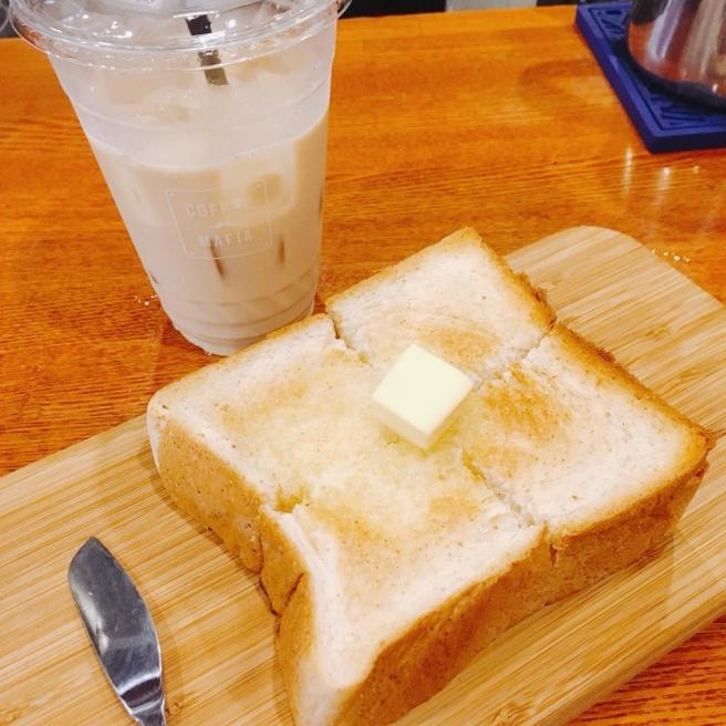 トーストとカフェラテの朝食をとってから出勤する社員も!